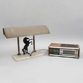 Lote de 2 piezas. SXX. Elaborados en metal, madera y baquelita. Consta de: Radio de transistores. Marca National y Lámpara de mesa.
