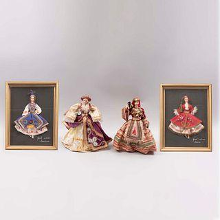 """Lote de 4 muñecas. Siglo XX. Elaboradas en tela. Vestidas con trajes regionales griegos. 2 enmarcadas """"Janina"""" y """"Macedonia""""."""