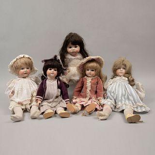 Lote de 5 muñecas. Diferentes orígenes y marcas. Ca. 1980 y 1985 Elaboradas en porcelana. Con extremidades articuladas.