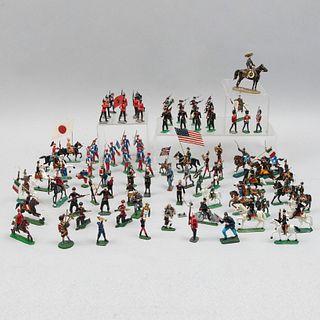 Lote de 78 soldados a escala. Siglo XX. Elaborados en plomo policromado al frío. Consta de ejército francés, soldados confeder...