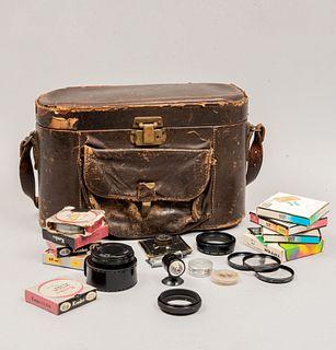 Lote de accesorios fotográficos. Japón y Estados Unidos Siglo XX. En material sintético y baquelita. Marca Kenko, Hoya, Vivitar, otras.