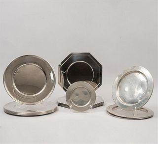 Lote de 26 platos y platones. Siglo XX. Diferentes diseños y tamaños. Elaborados en metal plateado. Algunos marca Jumbo.