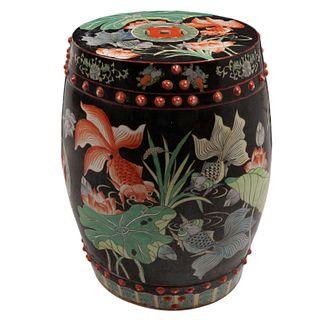 Banco. China. Siglo XX. Elaborado en cerámica. Decorado con elementos vegetales, florales, orgánicos, zoomorfos y calados.