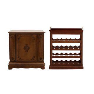 Mueble bar. Italia. Siglo XX. Elaborado en madera. Con cubierta rectangular, 3 puertas abatibles y soporte semicurvo.