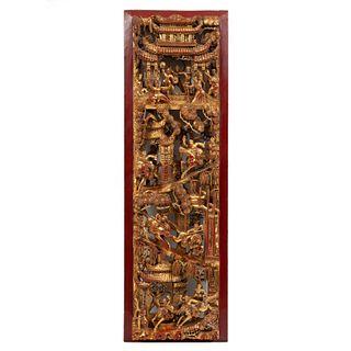 Panel oriental. China, siglo XX. Talla en madera esmaltada en dorado y rojo. Decorado con escenas ceremoniales en alto relieve.