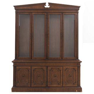 Vitrina. SXX. En talla de madera. A 2 cuerpos. Marca Thomas Ville Furniture. Con 8 puertas, 4 con cristal biselado. 213 x 163 x 48 cm