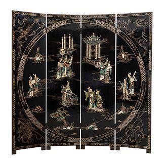 Biombo. Origen oriental. SXX. Elaborado en madera laqueada color negro. A 4 hojas. Decorado con aplicaciones de pasta. 183 x 184 cm