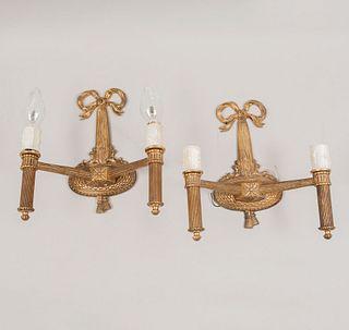 "Par de arbotantes. Siglo XX. Estilo imperio. Elaborados en bronce dorado. Para 2 luces cada uno. Con brazos en ""L""."