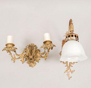 Lote de 2 arbotantes. Siglo XX. Elaborados en metal dorado. Para una y dos luces. Decorados con elementos florales, vegetales.