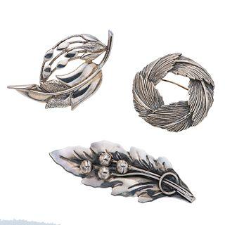 Tres prendedores en plata .925. Diseños fitomorfos. Peso: 47.4 g.