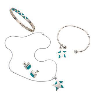 Collar, dos pendientes, dos pulseras y par de aretes con turquesas en plata .925. Diseño de estrellas. Peso: 61.7 g.