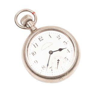 Reloj de bolsillo de la marca Waltham con motivo en bajo relieve de escena con tren.