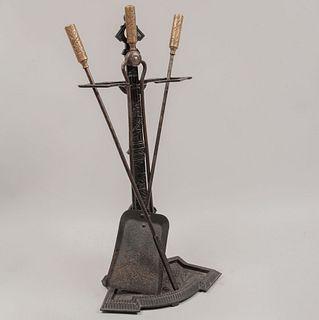 Juego de accesorios para chimenea. Siglo XX. Elaborados en hierro. Consta de: pala, base, atizador y pinzas. Con mangos dorados.