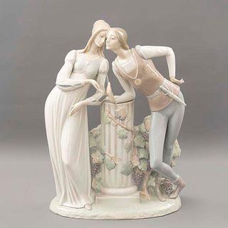 Romeo y Julieta. España. Ca. 1970 Elaborada en porcelana Lladró. Acabado brillante. Decorados con vides y elementos arquitónicos.