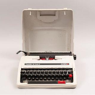 Máquina de escribir. Alemania. Siglo XX. Marca Olympia. Modelo Traveller de Luxe S.