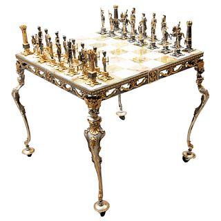 """Ajedrez """"Batalla de Waterloo"""". Años 70. Diseño de Giuseppe Vasari. Consta de: 32 trebejos. Firmados, mesa de juego y capelo."""