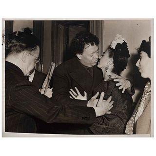 """WIDE WORLD PHOTOS INC., Diego y Frida besándose, 1940, Unsigned, Vintage print, 7 x 8.8"""" (17.8 x 22.5 cm)"""