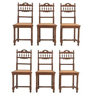 Lote de 6 sillas. Francia. Siglo XX. Estilo Enrique II. En talla de madera de roble. Con respaldos semiabiertos y asientos de bejuco.