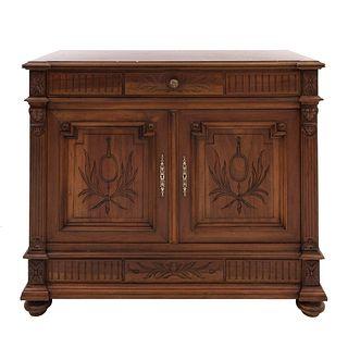 Cómoda. Francia. Siglo XX. En talla de madera de nogal. Con cubierta de mármol rojo, cajón y 2 puertas abatibles. 102 x 122 x 51 cm