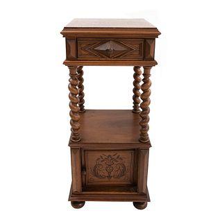Mesa de noche. Francia. SXX. En madera nogal. Con cubierta de mármol rojo jaspeado, cajón y puerta abatible. 87 x 42 x 38 cm