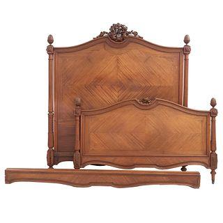 Cama matrimonial. Francia. Siglo XX. Estilo Luis XVI. En talla de madera de nogal. Con cabecera, piecera y largueros.