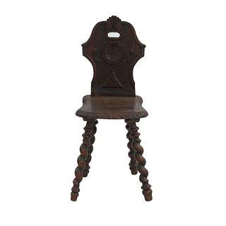 Silla. Francia. Siglo XX. En talla de madera de roble. Con respaldo cerrado, fustes entorchados y soportes tipo carrete.