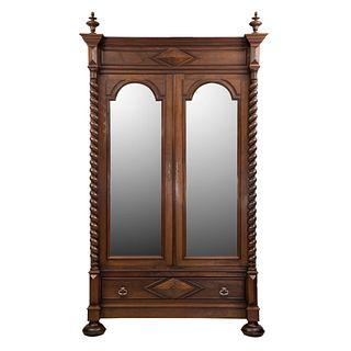 Armario. Francia. Siglo XX. En talla de nogal. Con 2 puertas abatibles con espejos y cajón. 287 x 140 x 56 cm
