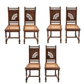 Lote de 6 sillas. Francia. Siglo XX. Estilo Bretón. En talla de madera de roble. Con respaldos semiabiertos y asientos de bejuco.
