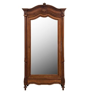 Armario. Francia. Siglo XX. Estilo Luis XVI. En talla de madera de nogal. Con puerta abatible con espejo y cajón. 230 x 114 x 54 cm