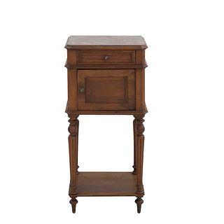 Mesa de noche. Francia. Siglo XX. Estilo Enrique II. En talla de madera de nogal. Con cubierta rectangular de mármol.