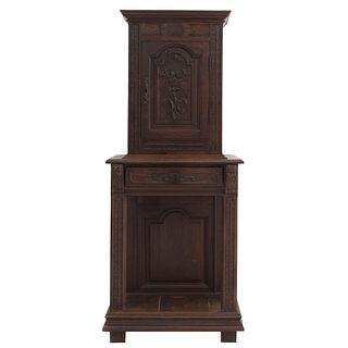 Gabinete. Francia. SXX. En talla de madera de roble. A 2 cuerpos. Con puerta abatible, cajón y entrepaño inferior. 182 x 75 x 46 cm