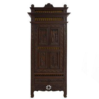 Armario. Francia. Siglo XX. Estilo Bretón. En talla de madera de roble. Con puerta abatible y cajón con tirador. 210 x 94 x 47 cm