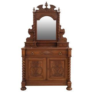 Tocador. Francia. Siglo XX. En talla de madera de nogal. Con cubierta de mármol, espejo, 3 cajones y 2 puertas. 218 x 118 x 52 cm