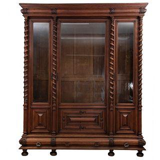 Librero. Francia. Siglo XX. En talla de madera de roble. Con 3 puertas abatibles con cristal y 3 cajones. 252 x 210 x 58 cm