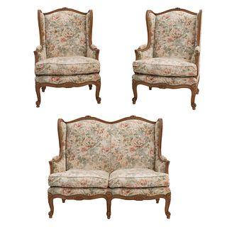 Sala. Francia. Siglo XX. Estilo Luis XV. En talla de madera de nogal. Consta de: loveseat y par de sillones.