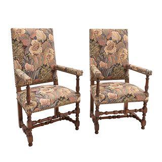 Par de sillones. Francia. SXX. Estilo Luis XIII. En madera de roble. Con respaldos cerrados y asientos en tapicería floral.