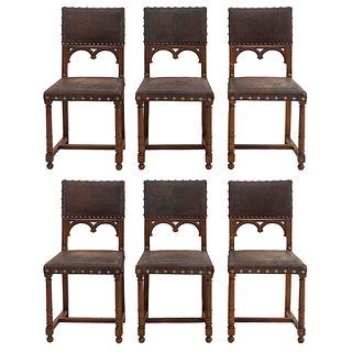 Lote de 6 sillas. Francia. Siglo XX. En talla de madera de roble. Con respaldos semiabiertos y asientos tipo piel de marrón.