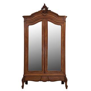 Armario. Francia. Siglo XX. Estilo Luis XV. En talla de madera de nogal. Con 2 puertas abatibles con espejo y cajón. 252 x 136 x 51 cm