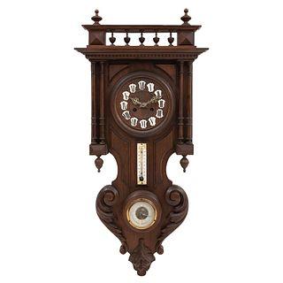Reloj de pared. Francia. Siglo XX. Estilo Enrique II. En talla de madera de nogal. Mecanismo de cuerda. 88 x 42 x 15 cm