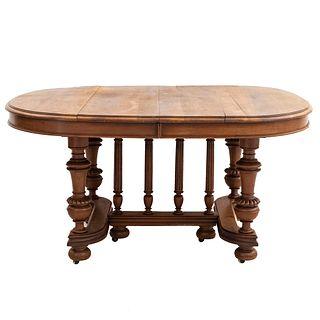 Mesa. Francia. Siglo XX. En talla de madera de roble. Con cubierta rectangular y sistema de extensiones. 72 x 128 x 120 cm