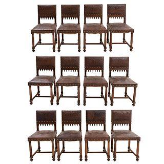 Lote de 12 sillas. Francia. Siglo XX. Estilo Enrique II. En tala de madera de nogal. Con respaldo semiabierto y asiento tipo piel.
