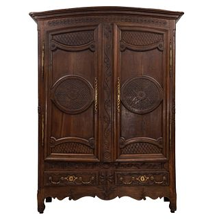 Armario. Francia. Siglo XX. En talla de madera de roble. Con 2 puertas abatibles, 2 cajones con tiradores de metal. 240 x 180 x 62 cm