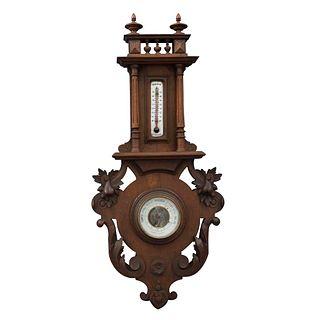 Barómetro aneroide. Francia. Siglo XX. Estilo Enrique II. En talla de madera de roble. Con termómetro e higrómetro. 70 x 33 x 7 cm