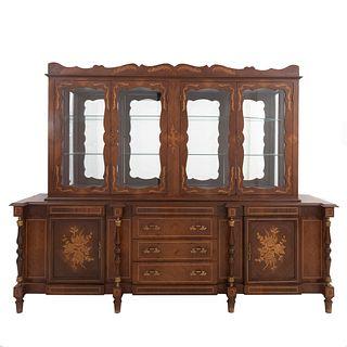 Vitrina. Siglo XX. En talla de madera. A 2 cuerpos. Con 3 cajones con tiradores y 6 puertas abatibles. 194 x 245 x 59 cm