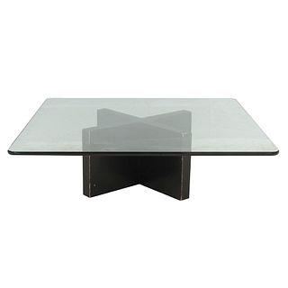 """Mesa de centro. SXX. Elaborada en madera color negro. Con cubierta cuadrangular de vidrio y estructura en """"X"""". 37 x 120 x 120 cm"""