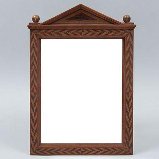 Espejo. SXX Diseño arquitectónico. En madera. Con luna rectangular. Decorado con elementos geométricos en marquetería. 40 x 27.5 cm