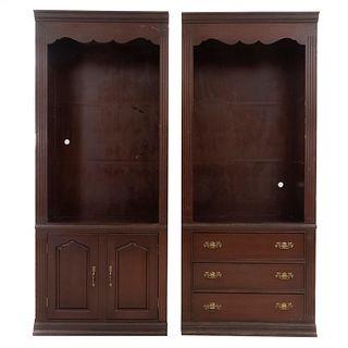 Lote de 2 libreros. Siglo XX. En talla de madera. Uno con 2 puertas abatibles y otro con 3 cajones. 214 x 89 x 55 cm