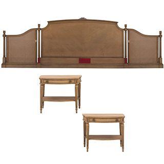 Recámara. Siglo XX. En talla de madera. Marca Galerías Chippendale. Consta de: Cabecera king size y par de burós. Piezas: 3