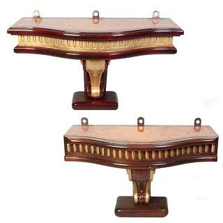 Lote de 2 peanas. Siglo XX. En madera laqueada. Con cubiertas irregulares enchapadas y fustes tipo roleo. Decoradas con esmalte dorado.