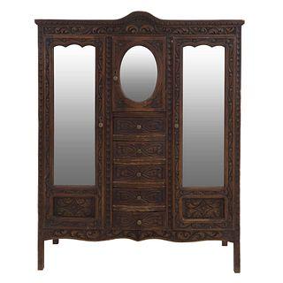Ropero. Siglo XX. En talla de madera. Con 3 puertas abatibles con espejos, 2 de luna biselada y 5 cajones. 180 x 141 x 50 cm